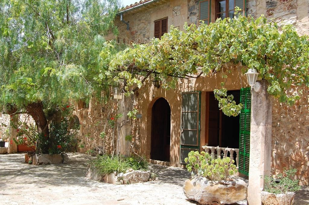 Majorcan farmhouse with private pool surrounded by countryside and gardens near Porreres