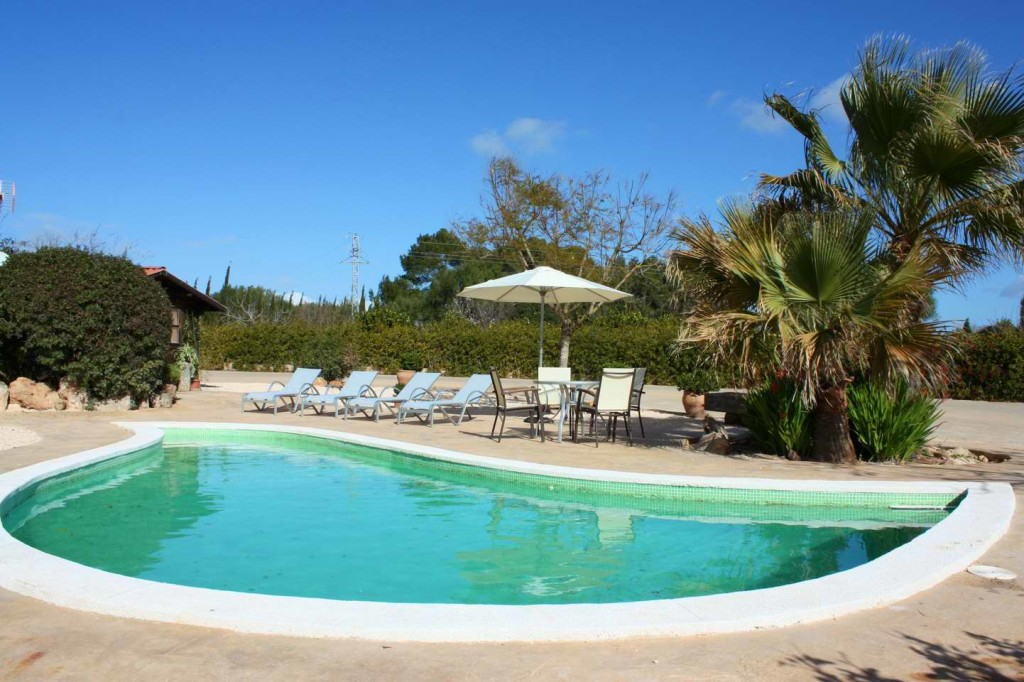 Romantic country house with lagoon pool! Just 15 minutes from the fantastic beach of Es Trenc and absulute privacy!