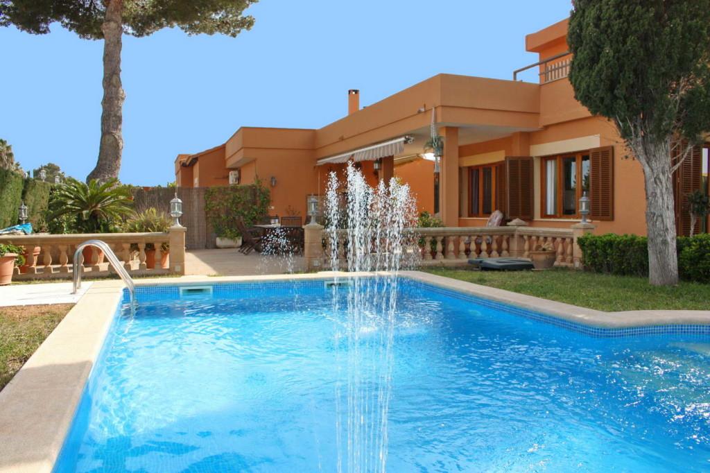 Großzügiges Haus mit Pool und tollen Terrassen in ruhiger Lage und Strandnähe!