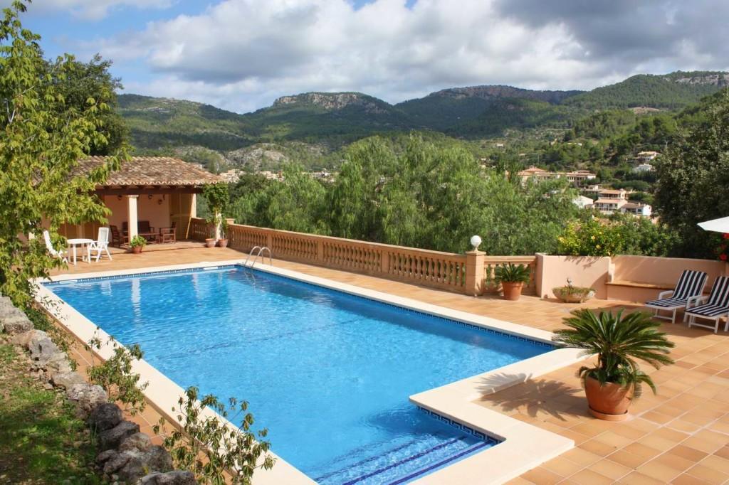 Mit Traumblick und grossem Pool besticht diese traditionelle mallorquinische Finca in Esporles