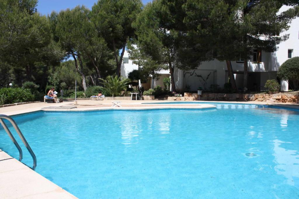 Sol de Mallorca, sonniges Duplex mit Pool, Sandbuchten fussläufig erreichbar! Modern und freundlich möbliert
