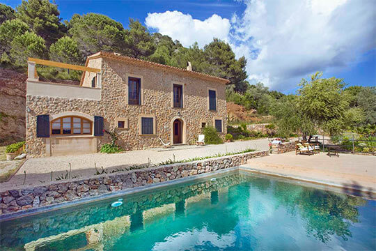 Beautifully situated villa with pool and amazing view over Valldemossa, as the beautiful bay of Palma and within walking distance from the village!