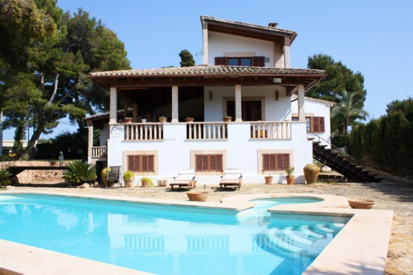 Only a few steps from a sea access! Mediterranean house with pool, in walking distance to beach and restaurants!