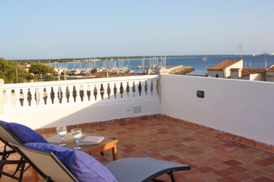 5 Gehminuten zum Es Trenc Strand-Mallorquinisches Ferien-Haus mit viel Terrassen und Dachterrasse mit Traumblick über das Meer, Hafen & Strand in Sa Rapita!