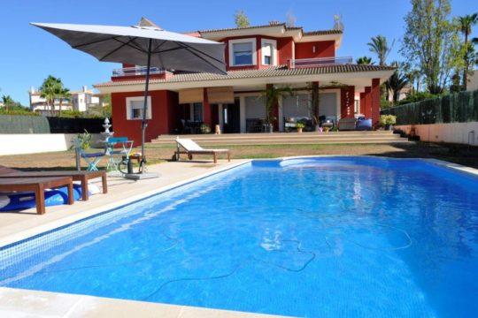 Helle moderne Ferien-Villa mit großem Pool, in ruhiger, küstennaher Wohngegend in Sa Torre!