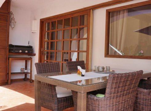 Un moderno apartamento con encanto mediterráneo y una gran terraza, a sólo unos pasos de la piscina y el acceso al mar.