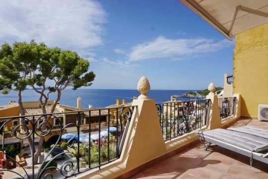 Sunny holiday apartment with a large terrace and great sea views in Cala Fornells! With sea access and close to the beach!