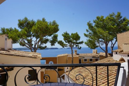 Apartment with beautiful sea views and direct access to the sea, community pool, close to the sandy beach!