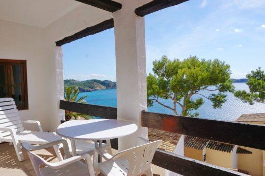 Apartamento mediterráneo con estupendas vistas al mar, soleada terraza, piscina y acceso al mar en Cala Fornells!