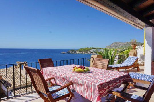 Encantador apartamento con impresionantes vistas al mar de 180º y una gran terraza para tomar el sol!