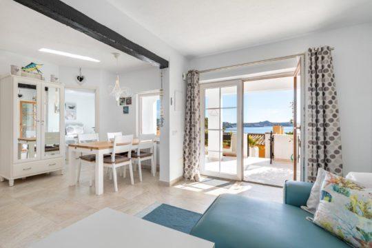 Mediterráneo apartamento con gran terraza, piscina y acceso al mar en Cala Fornells!